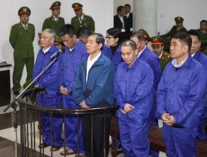 Dương Chí Dũng và 9 đồng phạm tại tòa trong ngày đầu xét xử, 12.12. Ảnh: TTXVN
