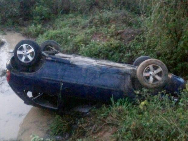 Carro capotou após marido da vítima perder o controle do veículo na BR-232, em Pesqueira (Foto: Divulgação/PRF)