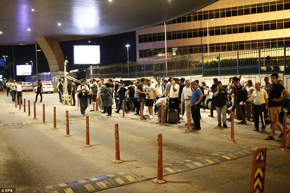 Turistas se reúnem fora do aeroporto na terça-feira à noite, onde eles ansiosamente aguardado mais notícias após as explosões