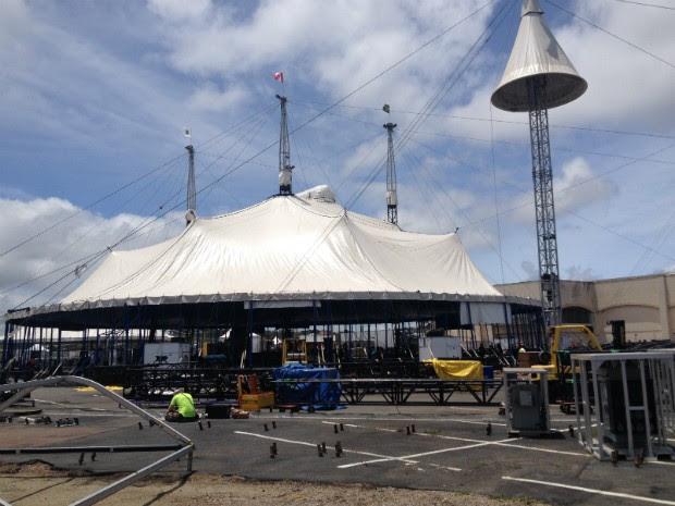Sessenta pessoas ergueram a grande tenda branca do Cirque Du Soleil nesta quinta-feira (31) em Pinhais, na Região Metropolitana de Curitiba (Foto: Thais Kaniak / G1 PR)