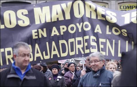 Los 'yayoflautas' de Madrid también protestan contra la privatización de la sanidad madrileña.