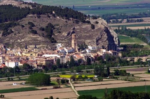 Figura 55. Pueblo de Peralta (Navarra) con la iglesia de San Juan.