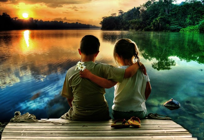 180420_Wallpaper-kids-boy-girl-sunset-lake-pier-love-desktop_1500x1027