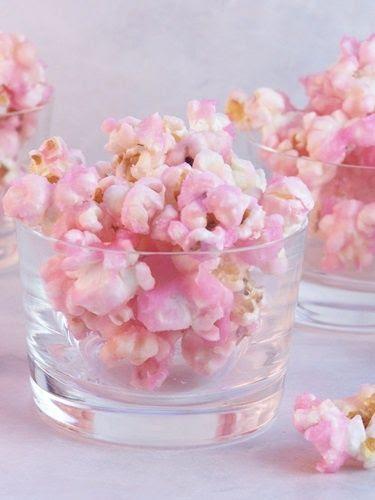 Old Fashioned Popcorn Rosa.  Absolutamente, mãos para baixo o lanche perfeito para servir na festa aa garotinha de aniversário ou um chá de bebê ou até mesmo um chá de panela.  Gostoso.