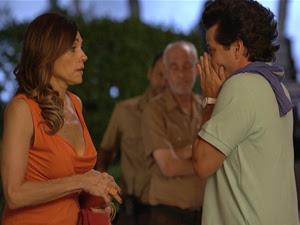 Tereza Cristina fala sobre Marcela para Crô, que fica horrorizado (Foto: Fina Estampa/TV Globo)