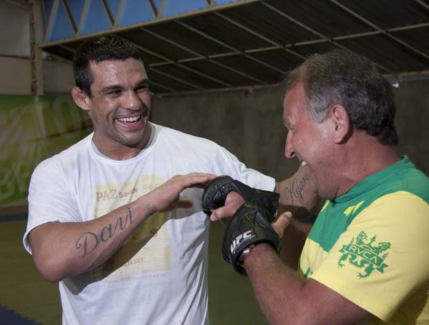 Vitor Belfort conversa com Zico durante os treinos para o UFC Rio (Foto: Ideraldo Gomes)