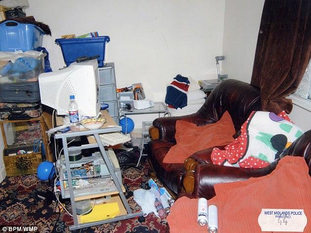 Στο καθιστικό δωμάτιο αστυνομία βρέθηκαν σακούλες με κενές φιάλες αερίου βουτανίου και χαλαρά κουτιά