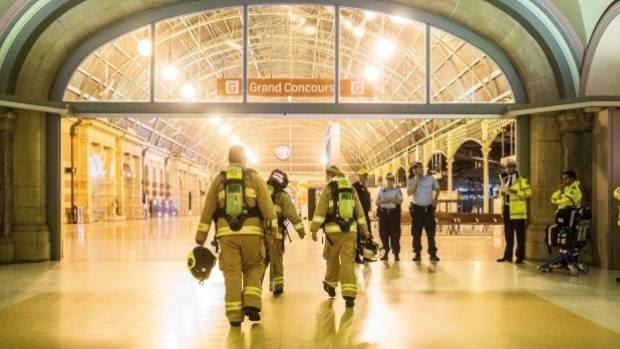 Πυροσβέστες πάει να αντιμετωπίσει τη φωτιά μετά από τον κεντρικό σταθμό είναι κλειστή.