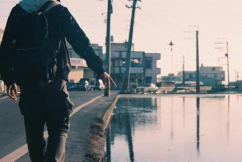 Resultado de imagem para homem caminhando tumblr