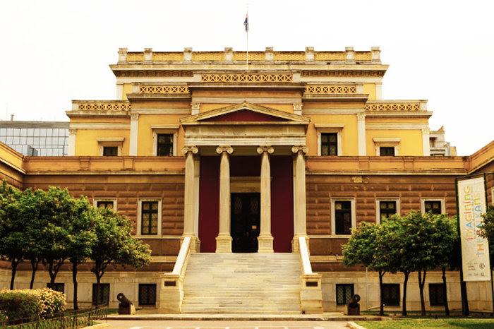 ΜΕΓΑΡΟ ΠΑΛΑΙΑΣ ΒΟΥΛΗΣΤο εμβληματικό κτίριο που στέγασε πρώτο το Ελληνικό Κοινοβούλιο σχεδιάστηκε από τον αρχιτέκτονα Fr. Boulanger και η κατασκευή του ολοκληρώθηκε το 1858. Από το 1960 μέχρι σήμερα στεγάζει το Εθνικό Ιστορικό Μουσείο.