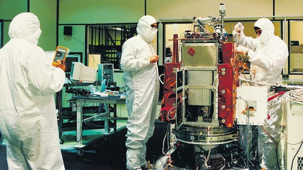 Integración del SAC-B, en la sala limpia de Invap en 1996