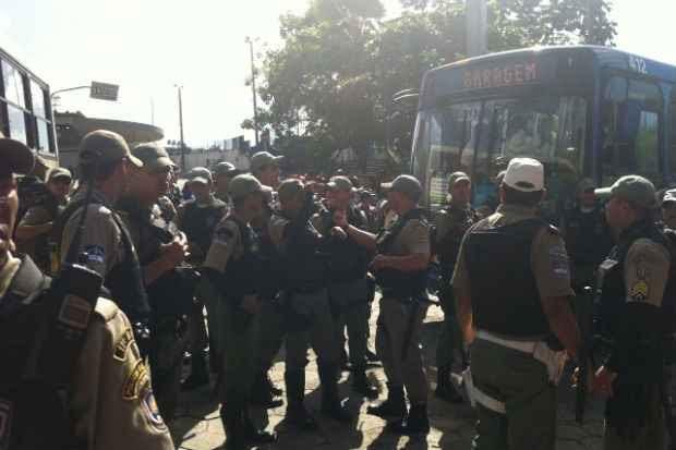 Policiais militares tiveram que conter a população que estava impedindo a passagem na saída do terminal da Macaxeira. (Fotos: Glynner Brandão/DP/D.A.Press)