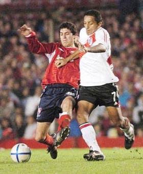 Zurita, de buen trabajo en el clásico y autor del gol del empate de Independiente, lucha con Patiño