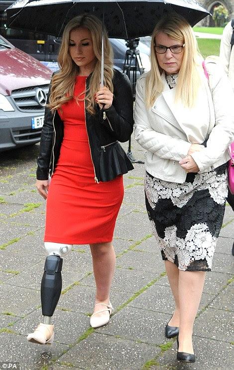 parque temático de Alton Towers Smiler acidente passeio vítima Vicky Balch (à esquerda) e sua mãe Karen, chegar a Stafford Crown Court, um