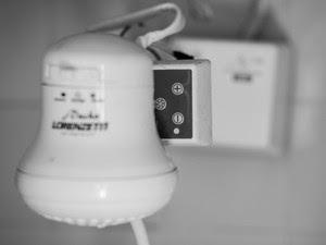 Chuveiros da República Confraria possuem temporizadores para controle do banho de moradores e foliões (Foto: Paulo Carvalho/Arquivo pessoal)