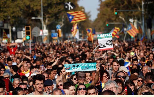 Manifestantes se reúnem em Barcelona após o Senado espanhol aprovar a destituição do governo da Catalunha, nesta sexta