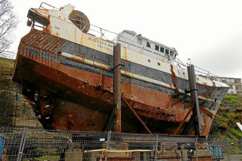Renflouée en juin2004, l'épave du Bugaled-Breizh est au sec, à Brest, depuis quatorze ans.