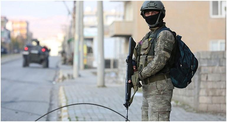 Στρατιώτης επιβλέπει την απαγόρευση της κυκλοφορίας στους έρημους δρόμους της Τσίζρε, όπου κυκλοφορούν μόνο θωρακισμένα στρατιωτικά οχήματα