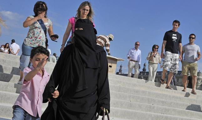 f976aa422b0c3 تحقق الشرطة البريطانية في واقعة تعرض مبتعثتين سعوديتين للتحرش الشهر الماضي،  من قِبل رجل وامرأة من المتطرفين، في وسط مدينة