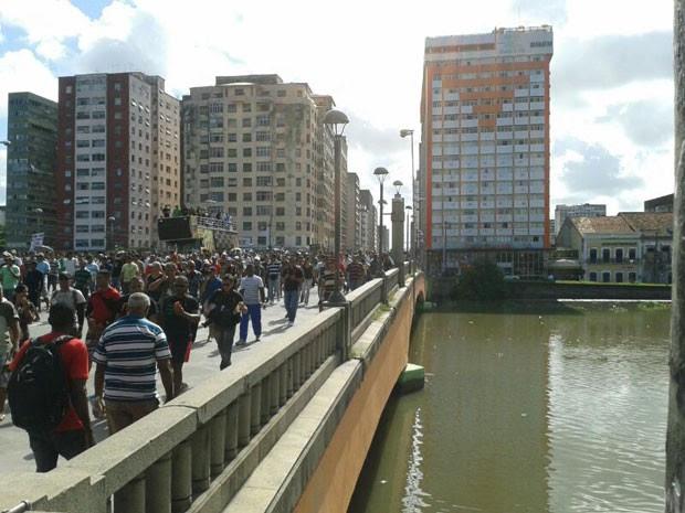 Passeata dos policiais millitares grevistas passa sobre ponte a caminho do Palácio das Princesas.  (Foto: Vitor Tavares / G1)