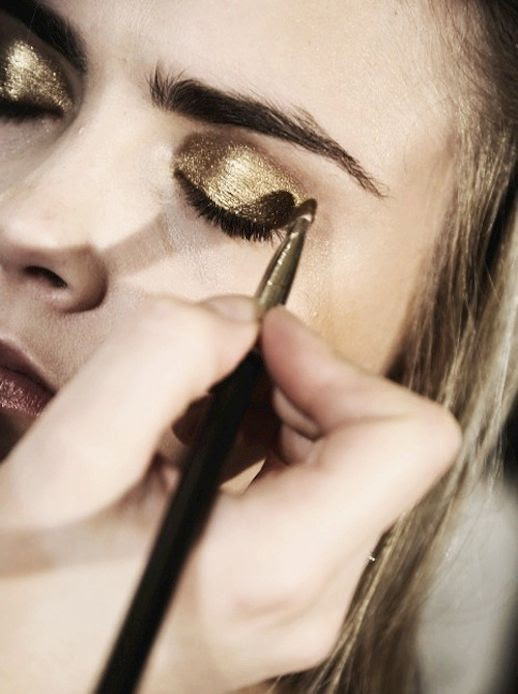 LE FASHION BLOG GOLDEN EYE LAST MINUTUE NEW YEARS EVE BEAUTY INSPIRATION CARA DELEVINGNE VIA ELLE CHINA 2 photo LEFASHIONBLOGGOLDENEYELASTMINUTUENEWYEARSEVEBEAUTYINSPIRATIONCARADELEVINGNEVIAELLECHINA2.jpg