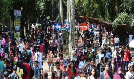 Pengunjung memadati Taman Margasatwa Ragunan, Jakarta Selatan, Sabtu (18/7).    (Republika/Raisan Al Farisi)