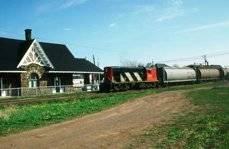 CN 1754 at Kensington