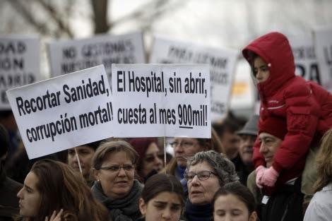 Manifestación frente al hospital de Collado Villalba, sin inaugurar todavía. | Alberto di Lolli