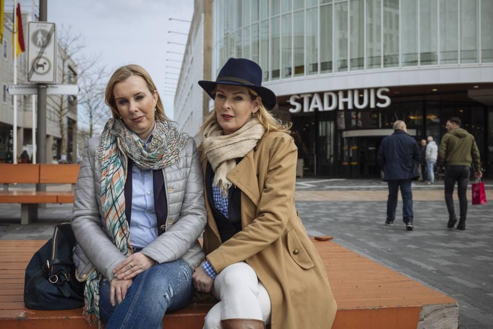 Simone Bradwijk (i) y Astrid van Dongen, seguidoras de Wilders, en Almere