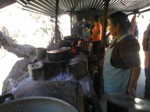 mujeres de la puya preparan alimentos