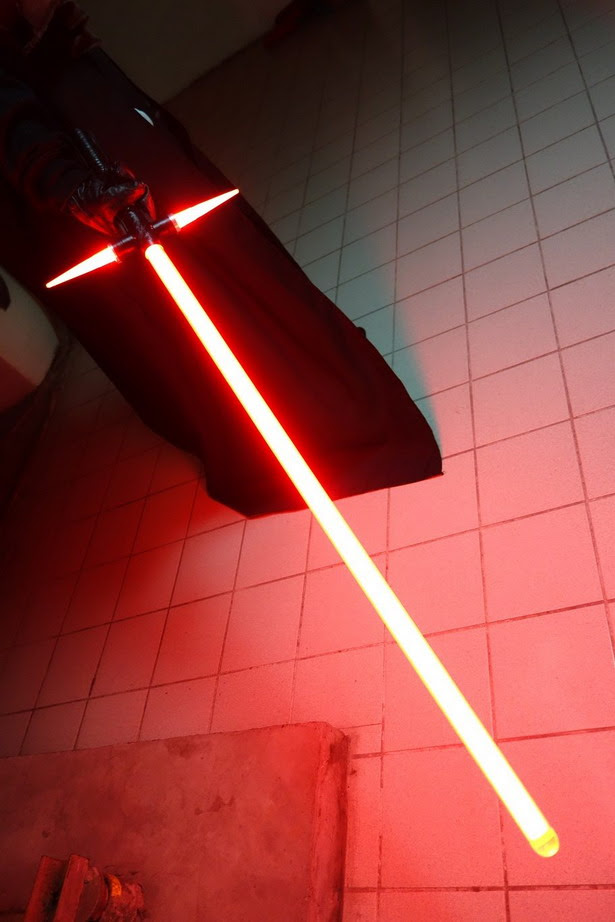 Fotografía del Crossguard Lightsaber del villano de Star Wars Ep. VII: The Force Awakens