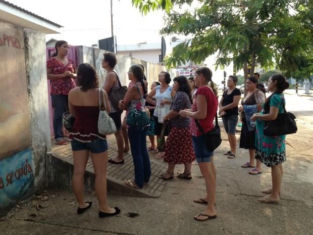 No portão do Centro, mulheres são avisadas de que novas consultas não serão marcadas (Foto: Paula Casagrande/G1)