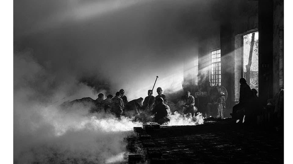 """Categoría """"Gran premio""""Los trabajadores de una fábrica de hierro hacen un descanso durante su jornada."""