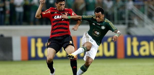 Wesley encara a marcação do Sport no jogo do Palmeiras na Arena Palestra