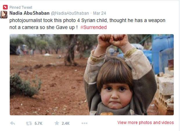 Menina síria ergueu as mãos ao confundir câmera fotográfica como arma (Foto: Reprodução/Twitter/Nadia AbuShaban )