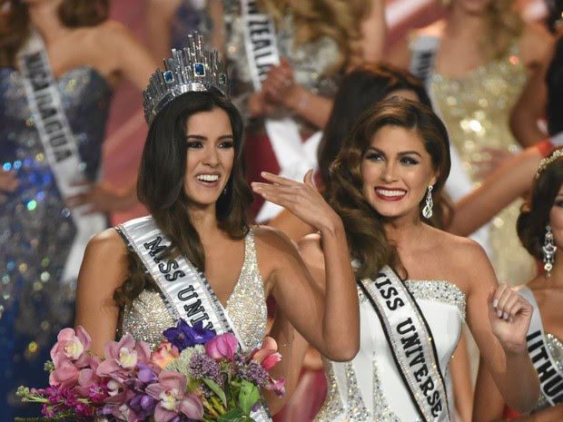 Colombiana Paulina Vega recebe a coroa de Miss Universo 2014 da Miss Universo 2013, Gabriela Isler, em Miami, nos Estados Unidos (Foto: Timothy A. Clary/ AFP)