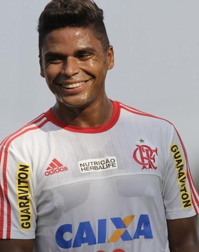 Almir pode sorrir, pois voltou a ter oportunidades no Flamengo (Foto: Gilvan de Souza/Fla Imagem)
