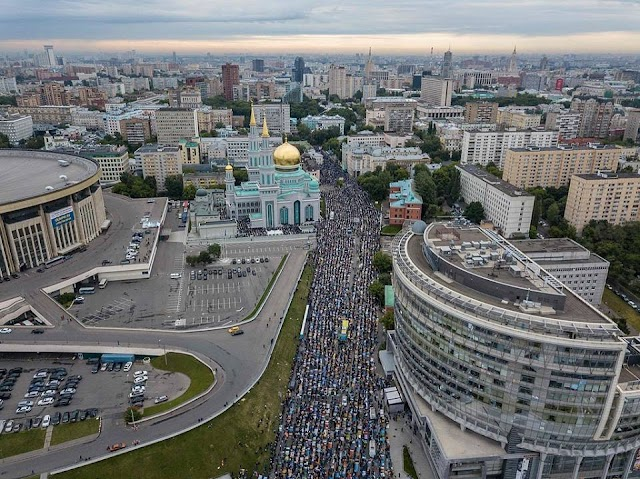 ربع مليون مسلم يؤدون صلاة #عيد_الفطر بمسجد #موسكو