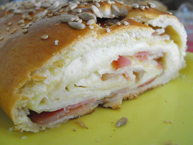 Pão com recheio de toucinho e queijo