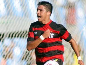 http://esporte.ig.com.br/images/370/119/18/7428697.fierro_marca_pelo_flamengo_224_298.jpg