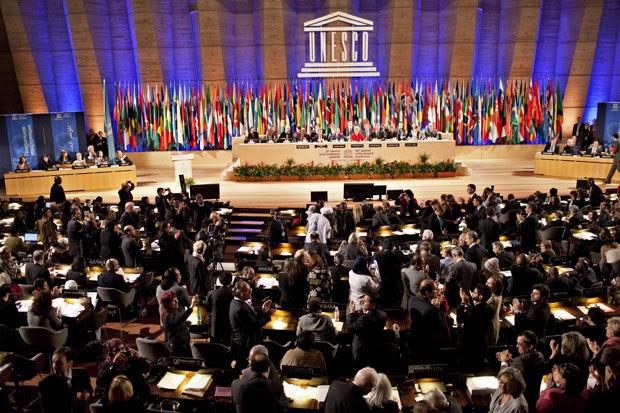 Plenário da Unesco após a votação da adesão palestina nesta segunda (31) (Foto: AP)