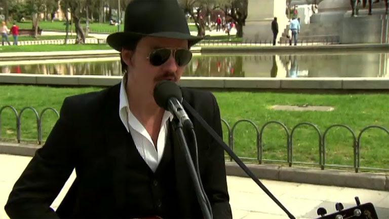 "Coque Malla nos interpreta ""Berlín"" en plena calle"