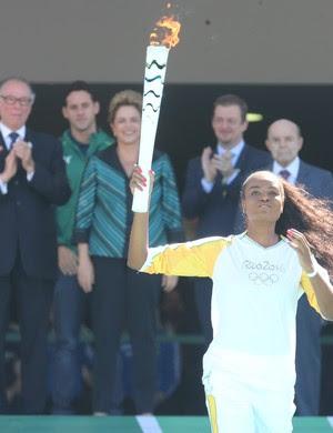 Fabiana Claudino com a tocha olímpica (Foto: André Dusek/Agência Estado)
