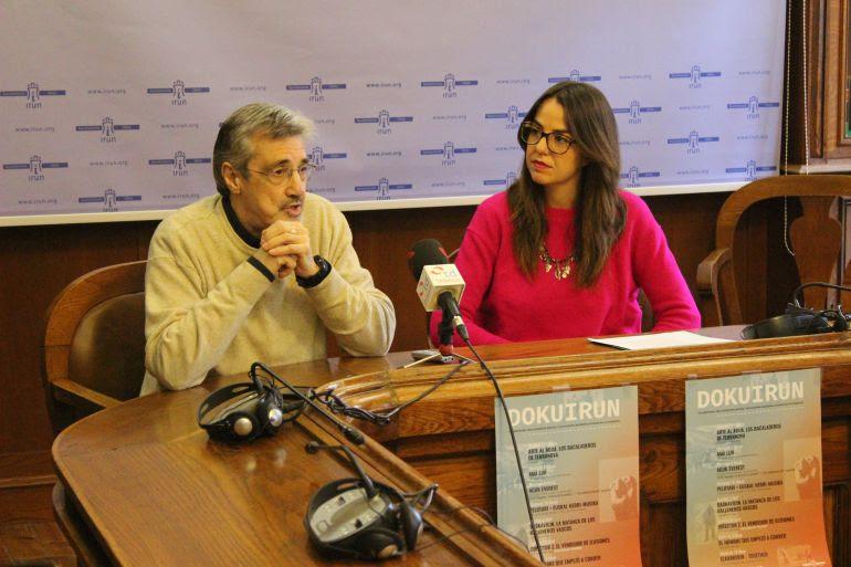 """David Berraondo, productor de """"Arte al agua"""" y Juncal Eizaguirrre, delegada de cultura, en la presentación de """"Dokuirun""""."""