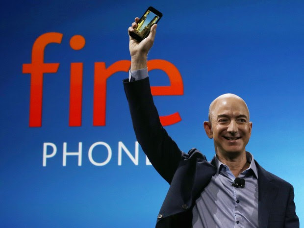 Jeff Bezos, CEO da Amazon, anuncia o Fire Phone, primeiro smartphone da empresa (Foto: Ted S. Warren/AP Photo)