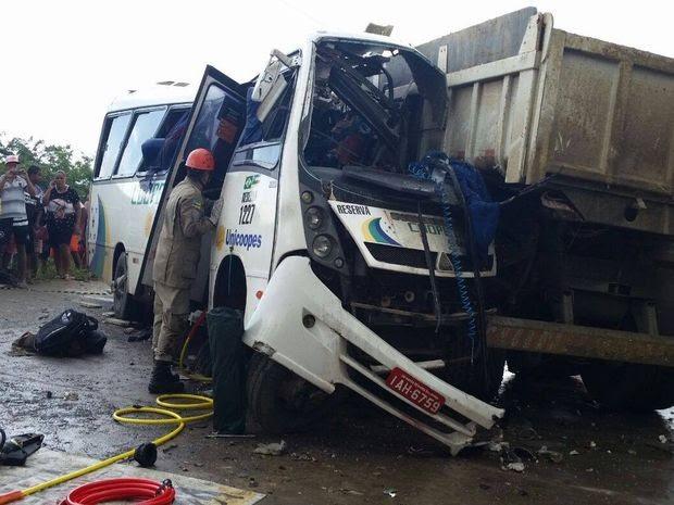 Caçamba destruiu todo o lado direito do micro-ônibus (Foto: Kedma Ferr/TV Sergipe)