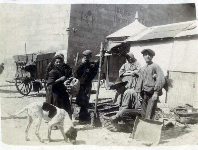 Vendedores en la Plaza Mayor en junio de 1905. Fotógrafo anónimo. Colección Luis Alba. Ayuntamiento de Toledo