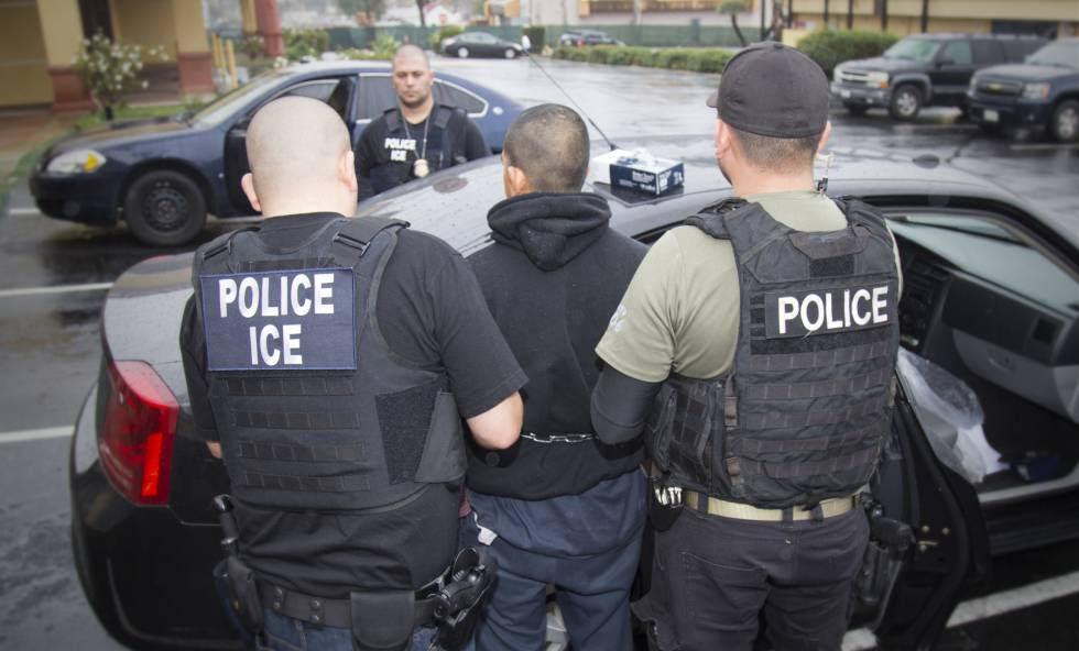 Agentes de inmigración detienen a un inmigrante durante una operación en Los Ángeles.