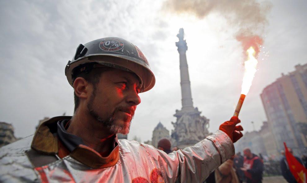 Un minero vestido con un traje protector sujeta una bengala en una manifestación en contra de la reforma laboral francés en Marsella, Francia. REUTERS