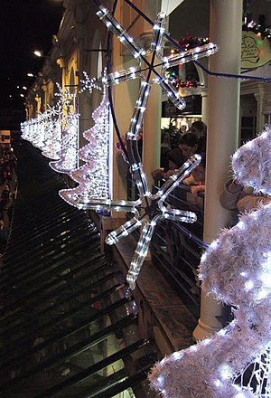 English: Christmas decorations, Fleet Walk Whi...